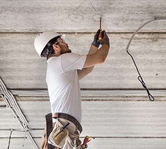 <p>Stef'Elec 17 prend en charge dans la région de Royan et ses alentours les diverses demandes électriques, dépannage express et les travaux d'électricité dans votre maison, votre appartement, votre boutique, votre atelier, votre entrepôt ou vos bureaux.</p> <h2>Dépannage électrique Royan STEF ELEC17.</h2> <p>Faites appel à votre réparateur qualifié Stef'Elec 17 lorsque vous êtes confronté à un dysfonctionnement de votre installation (défaut au niveau du disjoncteur différentiel ou d'un module, prise muette, visiophone, motorisation de portail...) à la suite d'une coupure de courant ou d'un sinistre en Charente-Maritime !</p>